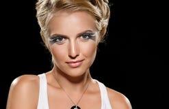 Blondes Haar der Frisur und bilden Porträtmädchen Stockbild