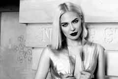 Blondes Haar der schönen sexy Frau bilden Partei coctail Kleid Lizenzfreies Stockfoto