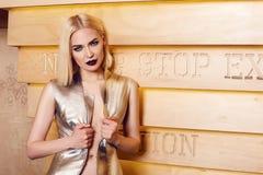 Blondes Haar der schönen sexy Frau bilden Partei coctail Kleid Lizenzfreies Stockbild