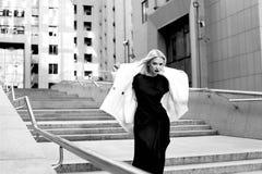Blondes Haar der schönen sexy Frau bilden Partei coctail Kleid Stockfotografie