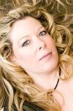 Blondes Haar des hübschen Frauenportraits Stockbilder