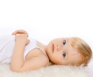 Blondes Haar des reizend Kindermädchens auf einem weißen Hintergrund Lizenzfreie Stockfotos