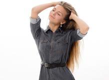 Blondes Haar des schönen Mädchenmodells, das Studio aufwirft Lizenzfreie Stockbilder