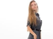 Blondes Haar des schönen Mädchenmodells, das Studio aufwirft Lizenzfreies Stockfoto