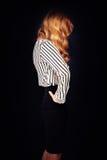 Blondes Haar-Frau, die sein Gesicht versteckt Lizenzfreie Stockfotografie