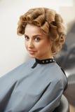 Blondes Haar Frau im Haarsalon Stockbild