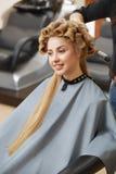 Blondes Haar Frau im Haarsalon Lizenzfreie Stockfotografie