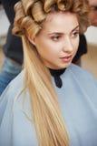 Blondes Haar Frau im Haarsalon Lizenzfreies Stockbild