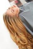 Blondes Haar Frau im Haarsalon Lizenzfreies Stockfoto