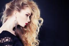 Blondes Haar-Frau mit langem gelocktem Lizenzfreie Stockbilder