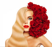 Blondes Haar-Frau mit rote Rosen-Blumen Stockfotos