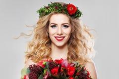 Blondes Haar-Frau mit Sommer-Blumen Stockbild
