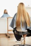 Blondes Haar Friseur, der langes blondes Haar im Salon kämmt Stockfotos