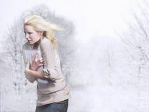 Blondes Haar Geschäftsfrau-With Folder Ands, das im Wind durchbrennt Lizenzfreie Stockbilder
