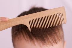 Blondes Haar Hölzerner Kamm Weißer Hintergrund horizontal Stockfoto