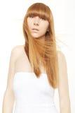 Blondes Haar Junge Frau mit dem langen, geraden Haar im Wind Lizenzfreie Stockfotos