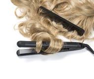 Blondes Haar mit Brennschere Stockfotos