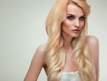 Blondes Haar Porträt der schönen Blondine mit dem gesunden langen Haar Lizenzfreies Stockbild