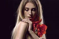 Blondes Haar Schöne Frau mit roter Blume Blume Stockfotografie