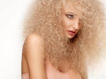 Blondes Haar. Schönheit mit dem gelockten langen Haar. Lizenzfreie Stockfotos