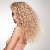 Blondes Haar. Schönheit mit dem gelockten langen Haar. Hohe Qualität Stockbilder