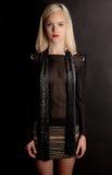 Blondes Haar, schwarze Ausstattung Stockfotos