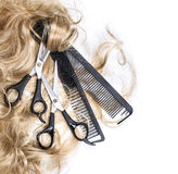 Blondes Haar und Scheren Stockbild