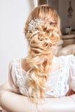 Blondes Haar womam im weißen Kleid Lizenzfreies Stockbild