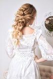 Blondes Haar womam im weißen Kleid Stockbild
