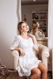 Blondes Haar womam im weißen Kleid Stockbilder