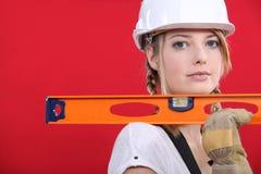 Blondes Handwerkerinholdingtabellierprogramm Stockfoto