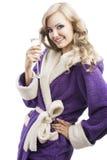 Blondes haooy Mädchen in trinkendem Champagner des Bademantels Lizenzfreie Stockfotografie
