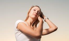 Blondes Haupt- und Schultern der Frauen 20s im Freien Stockbild