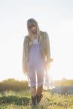 Blondes Hippie-Mädchen, das in die Landschaft geht Lizenzfreie Stockfotografie