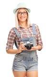 Blondes Hippie-Mädchen, das eine Kamera hält Lizenzfreie Stockfotografie