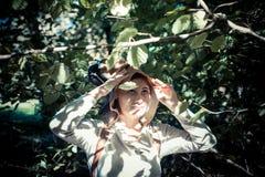 Blondes Hippie-Mädchen im Waldland Stockfotografie
