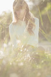 Blondes Hippie-Mädchen, das Kamera betrachtet Lizenzfreies Stockfoto