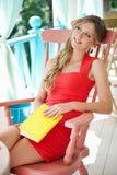 Blondes Holdingbuch und -c$träumen Lizenzfreie Stockfotos