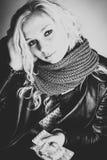 Blondes jugendlich anhaltenes medicin Lizenzfreies Stockbild