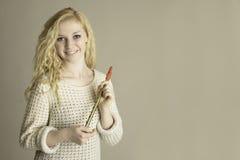 Blondes jugendlich anhaltenes pennywhistle Stockfotografie