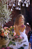 Blondes jugendlich Mädchen in einem weißen Kleid Lizenzfreie Stockfotos