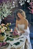 Blondes jugendlich Mädchen in einem weißen Kleid Stockfoto