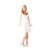 Blondes jugendlich Mädchen im weißen Kleid Stockbilder
