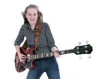 Blondes jugendlich Mädchen mit E-Bass-Gitarre gegen weißen Hintergrund Stockfotografie