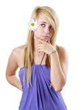 Blondes jugendlich Mädchen mit Gänseblümchen Stockbild