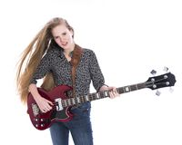 Blondes jugendlich Mädchen und Bass-Gitarre gegen weißen Hintergrund im Bolzen Lizenzfreies Stockbild