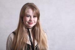Blondes jugendlich Mädchenlächeln Stockfoto