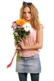 Blondes jugendlich mit einem Blumenstrauß der Blumen Stockfotografie