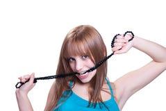 Blondes jugendlich mit großer schwarzer Perlenhalskette Stockfoto