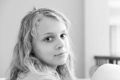 Blondes Jugendlichenahaufnahme-Monochromporträt Stockbild